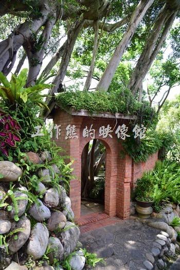 人文庭園內有許多的紅磚建築,搭配閔式的雙扇木門,屋頂上採用日式黑瓦,上面再採用台灣原住民式屋牆植被,冬暖夏涼會呼吸的建築。