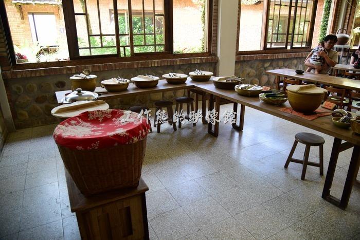 來苗栗華陶窯享用割稻飯時,所有的菜色都使用華陶窯自己生產的陶盤來盛放,開飯前會先用木製的蓋子闔上,免得熱氣跑掉,也可避免小蟲子在客人享用前就開動,米飯則使用竹簍,真的很有古早味的感覺!