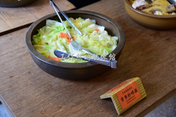 苗栗-華陶窯割稻飯。米泔煮高麗菜。使用富含營養的米泔水炒煮的高麗菜,新鮮好吃。工作熊個人建議如果可以加點辣椒或蒜頭提味,味道會更香,可能是大鍋炒要給所有人吃的關係,包含小朋友,所以沒有放太多的佐料,所以雖然吃得到清甜的滋味,但就是少了一些味道。