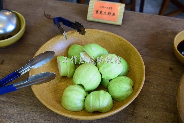 苗栗-華陶窯割稻飯。季節水果。芭樂切塊但沒有去子,似乎稍微有點過熟,雖然還有點脆度,但已經開始軟掉了。