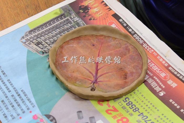 苗栗-華陶窯。這個是同事做的盤子,上面使用樹葉來壓花,燒窯的時候樹葉會被燒掉,所以可以成型。