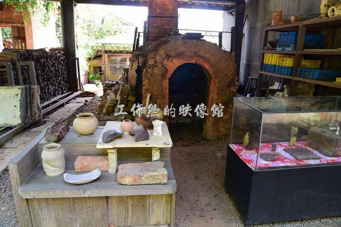 苗栗華陶窯的園區也不時可見採用古法柴燒的登窯,使用相思樹柴薪。