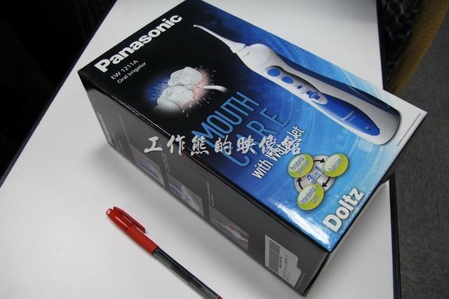 工作熊買到這款【Panasonic(國際牌)EW-1211A無線充電沖牙機】包裝都是英文,似乎沒有中文版,還好英文不難,也有中文說明書。