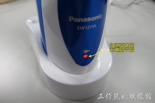 工作熊個人覺得這款【Panasonic(國際牌)EW-1211A沖牙機】的充電顯示感覺笨笨的,反正不管有沒有在充電,把主機放到充電器上,只要偵測到無線充電電源就是亮紅燈,充飽了電也還是亮著紅燈,也不會告訴你說墊充飽了。