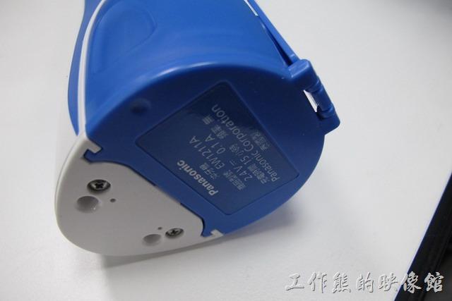 【Panasonic(國際牌)EW-1211A沖牙機】充電,也許是因為充電電流(0.1A)很小吧,依照說明書的說明,充電15小時可以完成,超過15個小時也不會損害電池。電池建議的使用溫度範圍在5~35C˚。