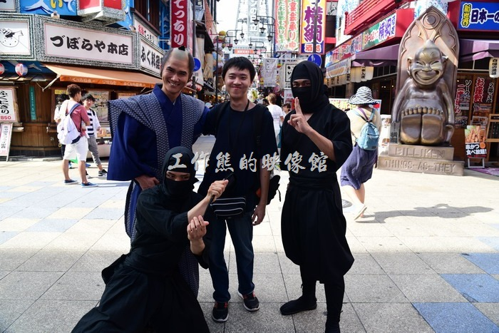 通天閣鄰近的商圈在假日時會舉辦一些活動,吸引客人,剛好碰到日本武士與忍者,馬上要求合影留念。