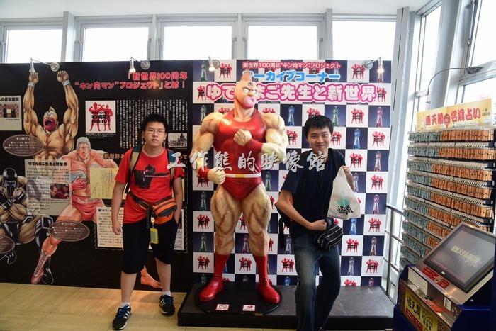 如果例假日來的時候,可能排隊等電梯的人會比較多,還好現在日本的排隊文化非常流行,從入口到電梯口的沿途會擺放一些有的沒有的東西讓遊客欣賞或拍照,還有「筋肉人博物館」可以欣賞,但「筋肉人」大部分作品禁止拍照,這裡算是少數可以拍照的地方。