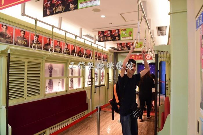 通天閣入口下到地下室後會經過一個設計成公車車廂的通道,讓等待排隊的民眾不至於無聊。