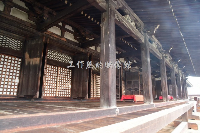 三十三間堂的名稱是因正殿內由33根立柱隔開的間隔而得名。「間」是日本用在神社和寺院建築衡量長度的單位,1間等於6尺也等於約181.2公分,但是當時的間有12尺之長。蓮華王院的正殿長度有33間,因而俗稱三十三間堂。