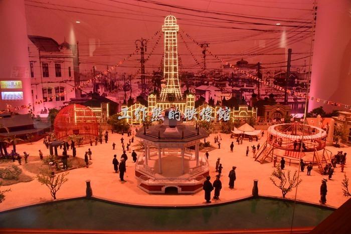 這個100年前(西元1912年)通天閣模型有燈光秀,會展示白天到夜晚的景色。