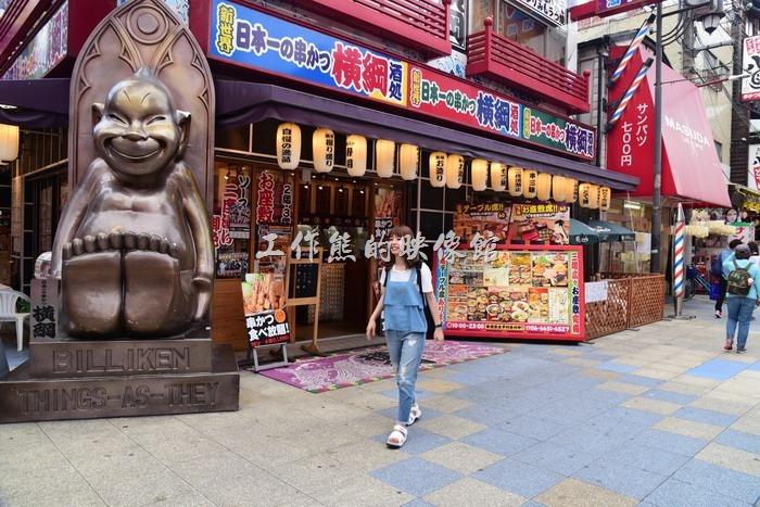 其實這通天閣附近的商家也到處都擺放了「Billiken(比利肯)」神像,不用上到通天閣也可以有機會摸摸他的腳底求好運。