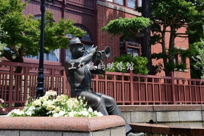 日本北野。「北野町廣場」其實是個圓形的小廣場,就位在「風見雞館」的前方,這裡有許多演奏音樂的藝術雕像。