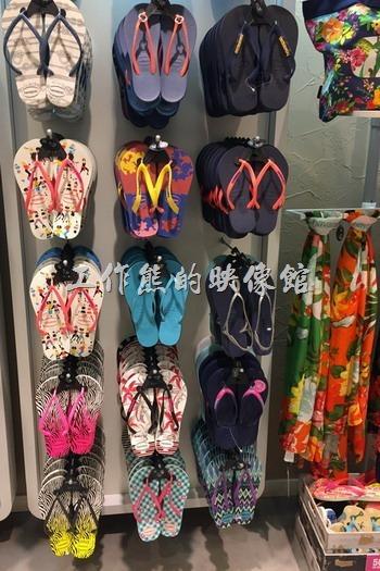 來巴西如果想買夾腳拖鞋,一般只要大型的超市都有販賣,而夾腳拖鞋最有名的當數havaianas(哈瓦仕),這個牌子在台灣似乎有蠻多專賣店的,另外還有一家Ipanema在巴西也蠻有名的,台灣好像也有專賣店的樣子。