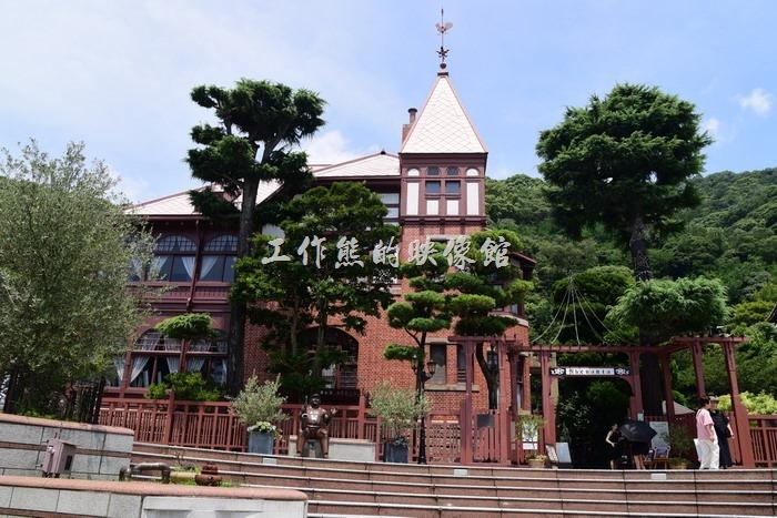 日本北野-這就是「風見雞館」了,之所以取名「風見雞」,就因為其屋頂上有一隻公雞造型的風向指標而得名,紅磚白瓦建築,很有二戰時期的建築風格。