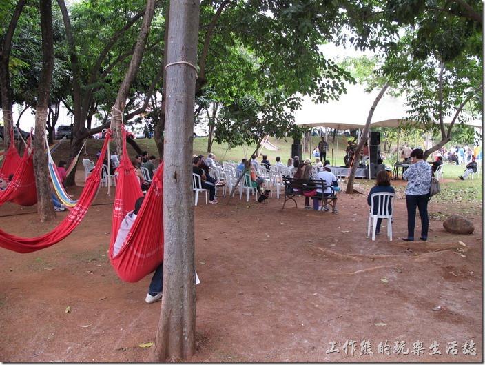 巴西-運動公園。公園一隅有人搭了個帳棚,有人在表演樂器彈奏,還有吊床可以讓人休息。