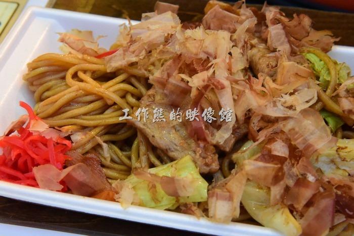 這盤炒麵是小朋友點的,感覺跟台灣的有點像,上面也放滿了柴魚,也許是口感不同吧!工作熊吃了一口覺得還好,不過小朋友們倒是全吃光了。