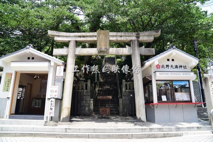 風見雞館的上方有「北野天滿神社」,可以從風見雞館旁邊的階梯拾級而上,樓梯其實不長,上去後可以有更寬廣的視野,還可以看到神戶港。