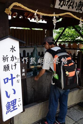 日本北野-異人館。在這裡淨水池可以看到旁邊是可以花200円買一支籤詩喔,然後再把籤放進水裡,字才會浮現!感覺上這個神社到處要錢啊~