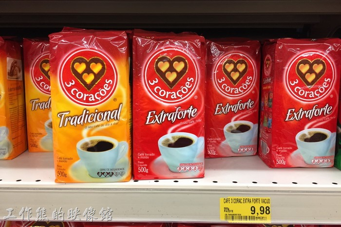 在巴西喝咖啡幾乎是生活中的必備,巴西的超市中到處有有販賣已經磨好的咖啡粉,咖啡豆則要找一下,不每間超市都有賣。一般會買三心(3 Corações)或 excelsior 這兩種牌子的咖啡。