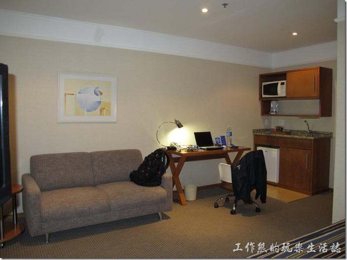 TRANSAMERICA。客房的床舖前面還有張小沙發以及一張小小地書桌。