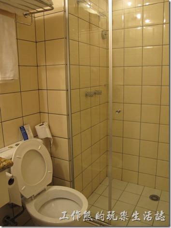 TRANSAMERICA飯店。浴室好小一間,不過有乾濕分離的淋浴間,但沒有浴缸就是了,感覺有點簡陋!巴西因為在南半球,所以工作熊特別關注了一下沖水馬桶沖水時的旋轉方向為「逆時針」,台灣因為位在北半球,所以是順時針喔。