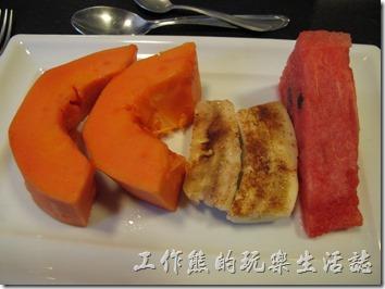 TRANSAMERICA。木瓜、香蕉、芒果、西瓜都是當地的水果,又甜又好吃,富堯之地啊,木瓜切成塊狀,香蕉灑上肉桂粉,就連吃芒果的方式也要跟我們不同,只有西瓜的切法類似。