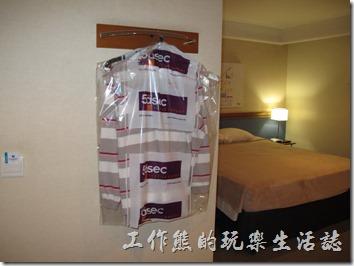 TRANSAMERICA飯店。想要讓飯店洗衣服,需要將衣服放在塑膠帶子內擺在一進門的地方,而且不可以放床上,否則服務生不會收,建議放在開門就可以看得到的地上就好了,洗好的衣服要隔天(24小時左右)才會回來,但是會掛在掛勾上。