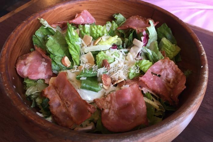 日本神戶-嚇一跳的驢子。凱薩沙拉,日幣537円(含稅)。個人覺得這裡的沙拉還好而已,因為蔬菜並沒有很爽脆的感覺,不知道是否跟燒菜沒有冰凍有無關係。而且這培根也太大片了吧!跟我們在台灣一般吃到的凱薩沙拉有些差異。