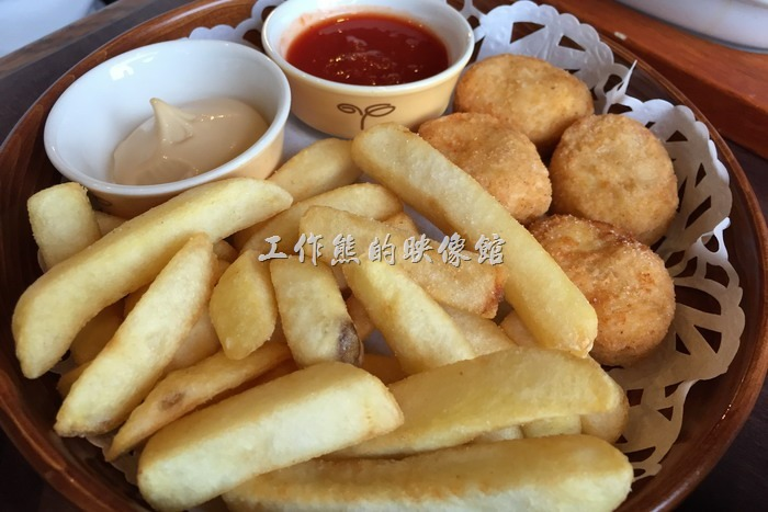 日本神戶-嚇一跳的驢子。薯條炸雞塊。這裡的薯條真的很好吃,跟「摩斯漢堡(MOS)」有些類似,就連雞塊也類似,真懷疑是否為同一家供應商。