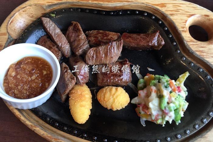 鐵板牛肉,日幣1293円(含稅)。這間「びっくりドンキー(嚇一跳的驢子)」還是有幾道不是漢堡肉的排餐,不過價錢就比較貴一點點。這鐵板牛肉的肉質與烹調只能說還可以接受,總覺得醬料不對味,或許加點海鹽會更能提味。