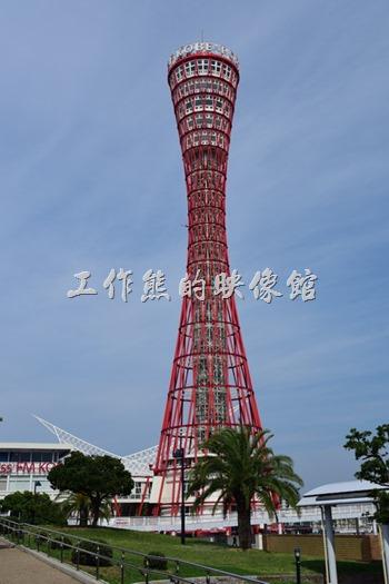 神戶港塔其實是開放參觀的,上面有咖啡館、餐廳,不過工作熊沒有上去。神戶港塔高108米(354英尺),共有8層,是世界上唯一一個管狀結構的觀光塔。神戶港塔的設計概念源於日本鼓,而建築物以32支紅色的鋼枝包圍著;有寓意歡迎船隻回到岸邊的意義。