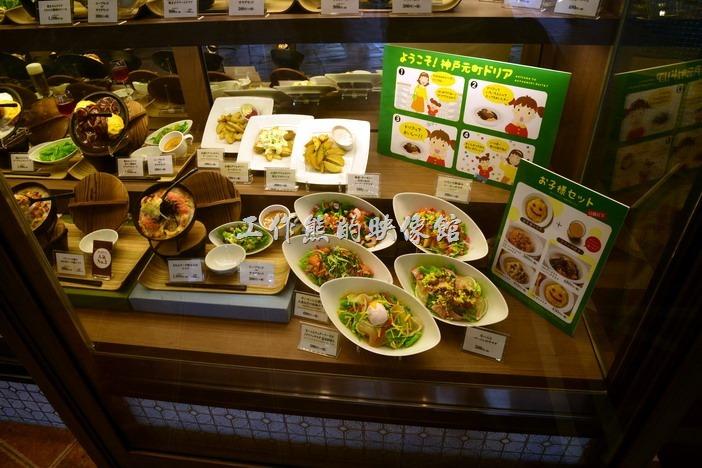 「びっくりドンキー(嚇一跳的驢子)」美式餐廳門口的櫥窗內的商品模型。