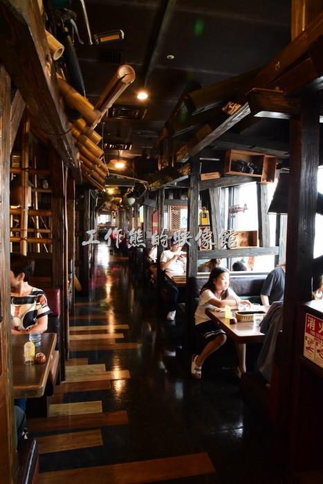 神戶港邊MOSAIC(モザイク)購物商場二樓「びっくりドンキー(嚇一跳的驢子)」美式餐廳內靠窗的位置與座位。