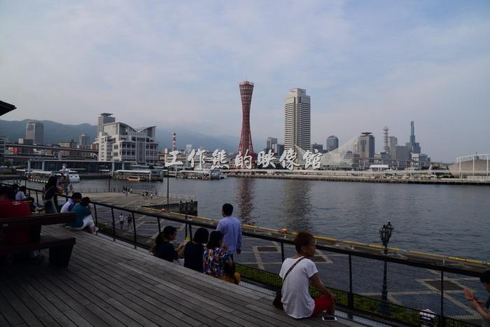 這個區域是免費的,有階梯及桌椅可以乘坐休息,讓遊客可以欣賞神戶港的夜景。