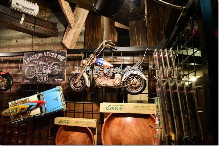 神戶港邊MOSAIC(モザイク)購物商場二樓「びっくりドンキー(嚇一跳的驢子)」美式餐廳內的裝潢。