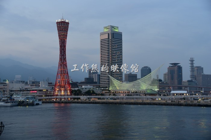 當夜色漸漸降臨,神戶港灣邊上的燈光也隨之漸漸變亮,準備迎接多采多姿的夜晚。