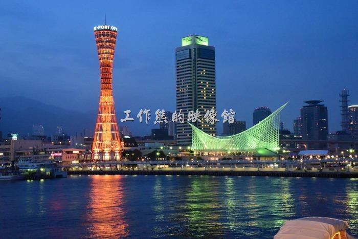 神戶港的夜色其實還蠻漂亮的,難怪很多人特意選在晚上來這裡,就是為了拍這夜景。
