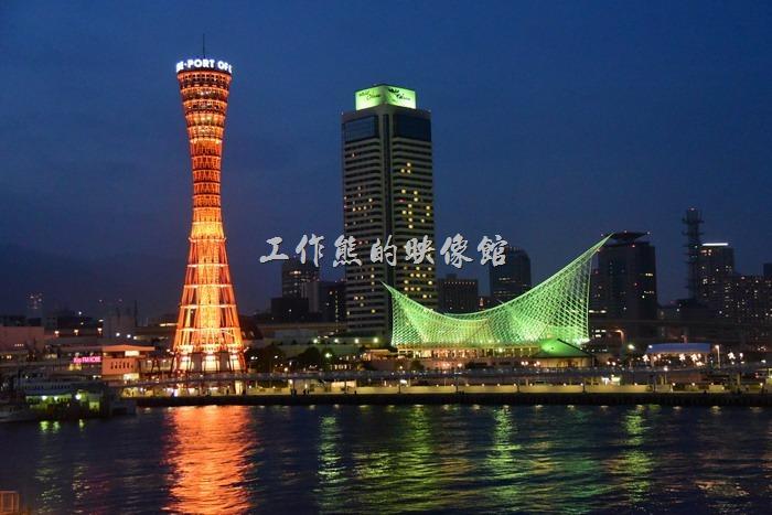 神戶港的夜景拍起照來氣氛真的很不錯,神戶港塔不停的變換著彩色燈光映照在海面,徐徐海風吹來,真有一種拍電影的感覺了。