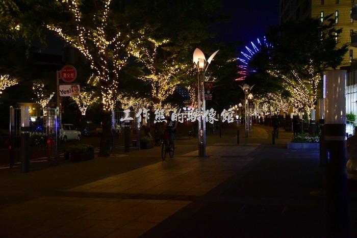 回程走「神戶車站」,準備搭乘20:32分的「JR神戸線新快速・米原行」回新大阪車站 。看官其實可以稍微留意這條回程的路,路上有許多的麵包超人的卡通雕像,如麵包超人、細菌人...等,而且整條馬路的路數都掛滿了LED燈。