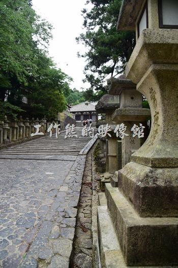 從東大寺出來沿著這條兩旁滿是「常夜燈」的階梯走上去就可以到「繪馬堂茶屋」。