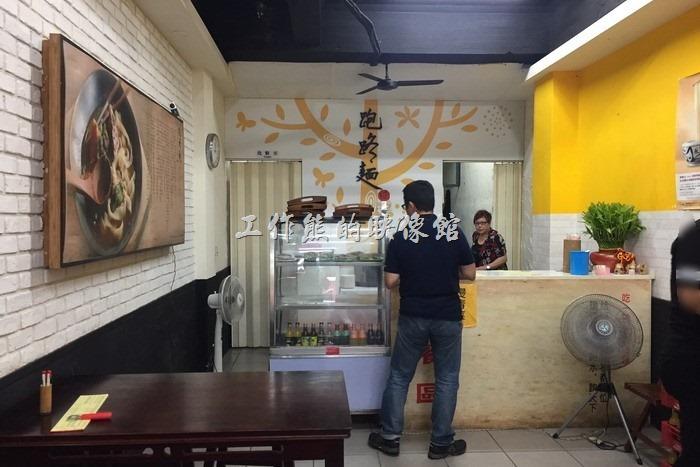 南港跑路麵餐廳內點餐櫃台,其內部的裝潢,其實大部份裝潢看起來都是上一家餐廳留下來的。點餐後先付款,再通知送餐。