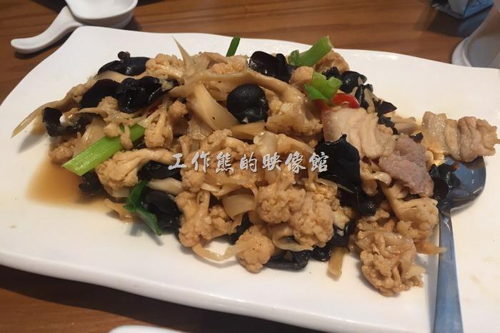 南港欣葉小聚金品。花椰菜乾炒五花,NT420。使用曬乾後的白色花椰菜伴炒小黑木耳與豬五花,這算是一道中規中矩的一道台菜。