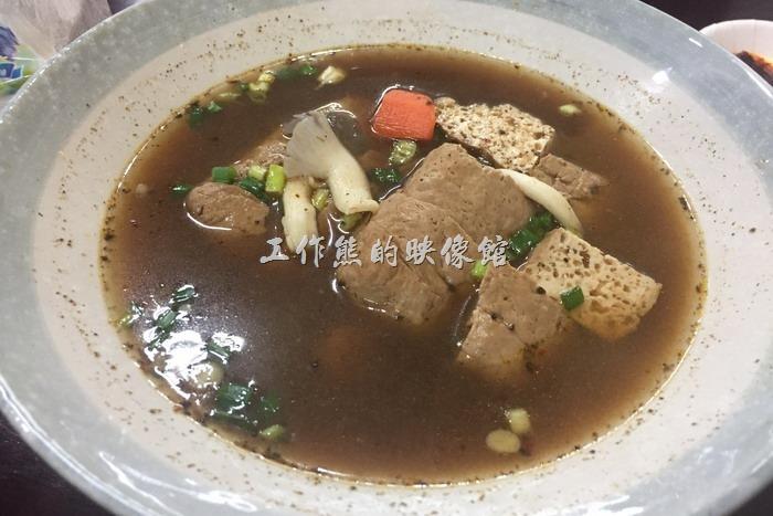 南港-跑路麵。麻辣臭豆腐湯,NT50。感份量蠻多的,不過感覺臭豆腐不太入味,雖然是麻辣,但湯頭其實不算太辣,一個人喝一碗湯,感覺會稍微有點膩的感覺。