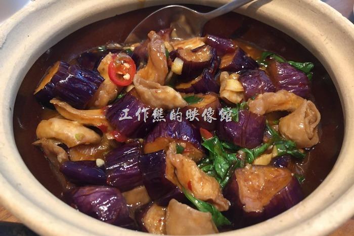 南港欣葉小聚金品。茄香肥腸,NT480。工作熊個人覺得茄子還是大陸的餐廳做得比台灣的好吃,台灣的茄子基本上做得都不是很入味,茄子咬起來還有點偏硬,大陸餐廳的作法則是幾乎讓茄子把所有的湯汁都吸收了,吃得到茄子的香氣也有湯汁的美味,另外這肥腸的味道也沒有進去。