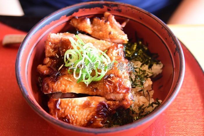 日本奈良-繪馬堂茶屋。チキン照燒丼,單點日幣880円,如果加小碗麵則是日幣980。就是「照燒雞肉蓋範」,上面灑了很多的海苔,因為小兒子不太敢吃生雞蛋,這個應該是最好的選擇,米飯吃起來有點像炒飯,還不錯!