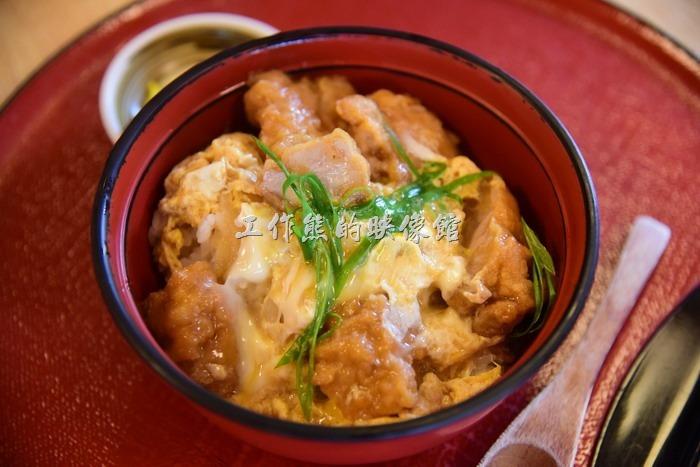 日本奈良-繪馬堂茶屋。親子丼,單點日幣800円,如果加小碗麵則是日幣900。使用紀州梅雞。所謂的親子丼就是菜色內同時有雞肉與雞蛋,雞與雞蛋就是母子或父子,所以稱為親子丼,工作熊以前一直以為是給親子一起吃的丼飯,糗大了!雞肉吃起來非常的軟嫩滑順,因為上面有蛋液啊~