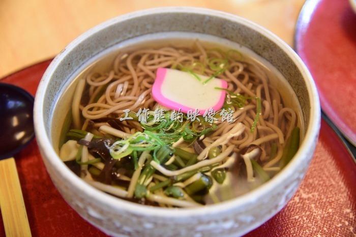 日本奈良-繪馬堂茶屋。山菜蕎麥麵,日幣880円。吃起來有點給它清淡啊!上面放了許多的菌菇,以及一片魚板,這是學妹點的湯麵,大概天氣太熱吃不下飯吧!