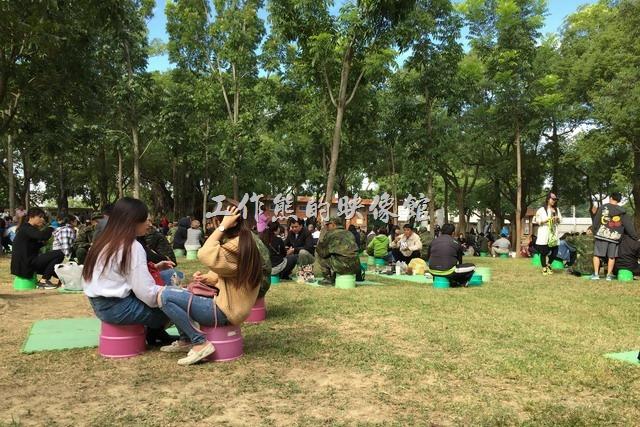 台南新兵訓練中心。不過我們把小孩接出來懇親後,就一直坐在草皮上聊天吃東西,軍方雖然有舉辦懇親座談,但似乎沒什麼人參與,而且還有很多新兵感冒,我們也不太想坐在密閉空間內被感染。