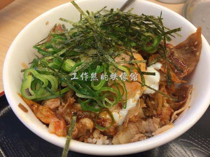 日本名古屋-松屋。倍量蔥花香辣雞蛋牛肉飯,日幣490円。感覺上這份餐點的配料比較豐盛,有泡菜、雞蛋、蔥花、海苔及主菜牛肉。而且辣辣的比較下飯。