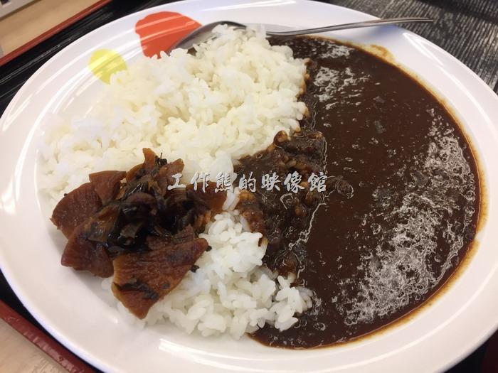日本名古屋-松屋。對比台灣,這松屋的原味咖喱真的非常陽春啊!就是白飯加咖喱,再配上一些醃製蘿蔔,感覺像是苦行僧的伙食,但真正的日式咖哩真的就是這樣,沒有太多的配菜,想要配菜就另外點。不過吃習慣之後覺得還是可以接受的。